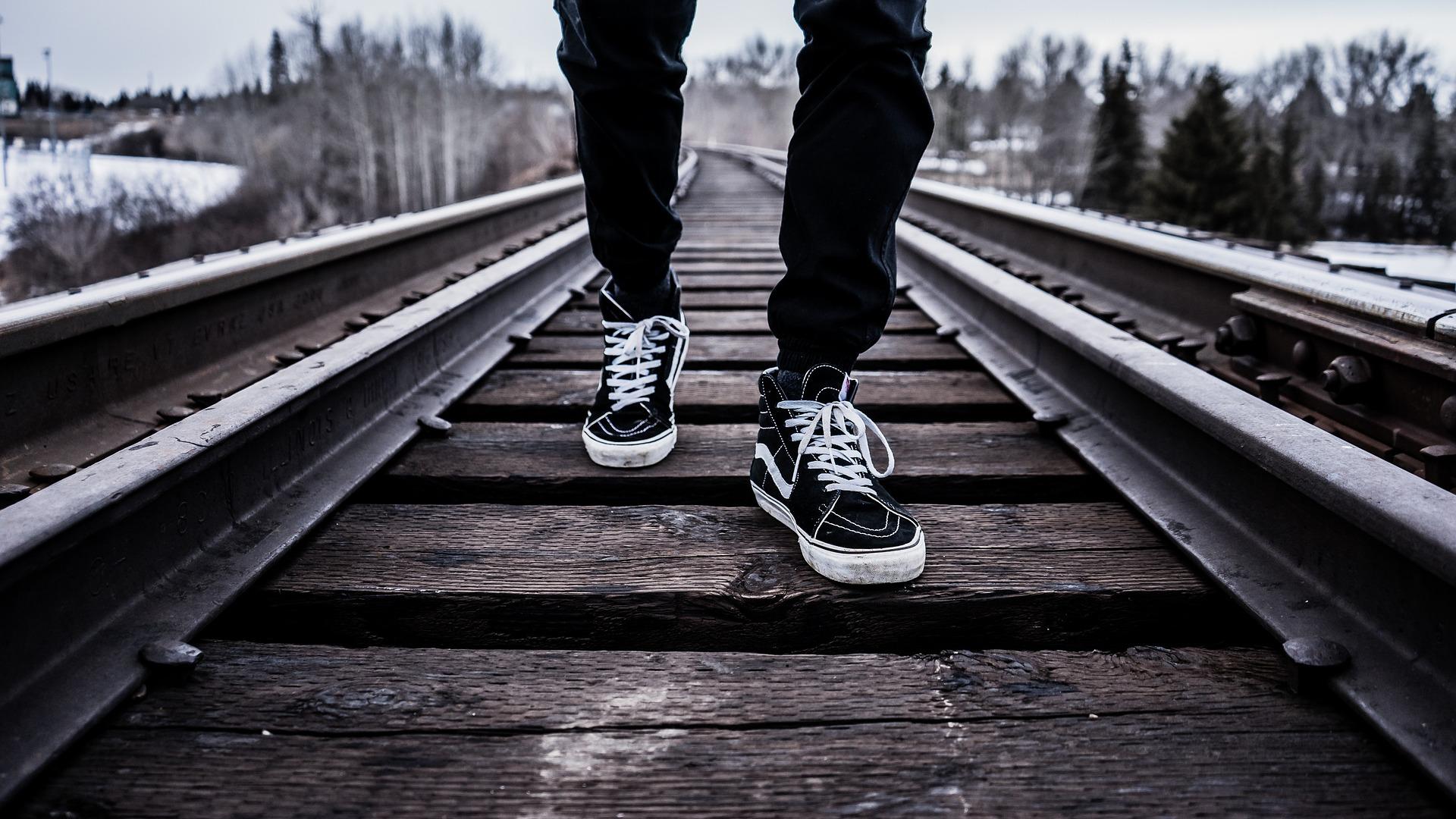 歩き方で人生が変わる!収入と歩行の関係、仕事は立ったり座ったりがいい?